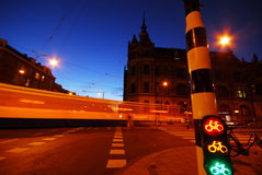 väg för amsterdam stadsnatt Arkivbilder