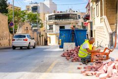 Väg för arbetarebyggnadstrottoar Byggande stad för folk royaltyfria foton