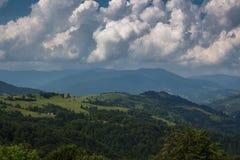 Väg för Carpathian berg Royaltyfri Bild