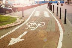 Väg för cyklar i gatan Arkivfoto