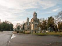 Väg för dag Mistley tvilling- gammal för kyrkliga torn ingen folkkyrkogård Royaltyfria Bilder
