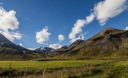 Väg för högt berg i nordliga Island Royaltyfri Fotografi