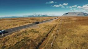 väg för 4K UHD i Island Bil i väg arkivfilmer