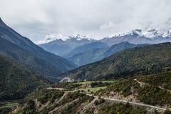 Väg för Kaukasus berg i den Svaneti regionen Royaltyfria Bilder