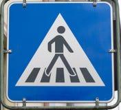 Väg för kors för gångare för trafiktecken royaltyfri bild