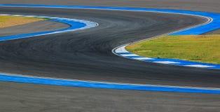 Väg för kurva för loppspår för att springa för bil/för motorcykel arkivbild