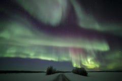 Väg för nordliga ljus i finlandssvenska Lapland arkivfoto