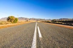 Väg för rutt 62 nära Oudtshoorn - karooen, Sydafrika Royaltyfria Foton