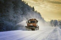 Väg för Snowblowerröjningsnö Arkivfoto
