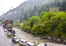 Väg & flod i Naran Kaghan Valley, Pakistan Royaltyfri Bild