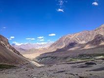 Väg från det Khardungla passerandet till den Nubra dalen, Ladakh, Indien Fotografering för Bildbyråer