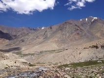 Väg från det Khardungla passerandet till den Nubra dalen, Ladakh, Indien Royaltyfria Foton