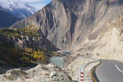 Väg från Karimabad till Besham, nordliga Pakistan Royaltyfri Bild