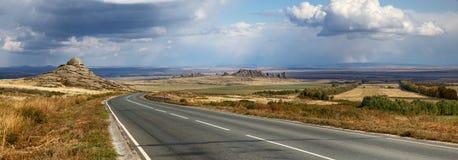 Väg i östlig Kasakhstan panorama royaltyfria bilder