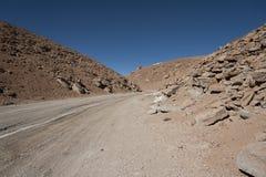 Väg i Altiplano av den Siloli öknen, del av Reservaen Eduardo Avaroa, Bolivia - på en höjd av 4600m nära gränsen av C Royaltyfri Fotografi