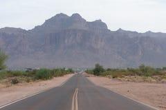 Väg i Arizona som leder till vidskepelsebergen fotografering för bildbyråer