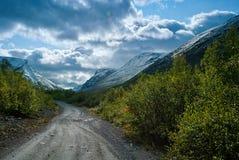 Väg i berg Khibiny Ryssland Royaltyfria Bilder