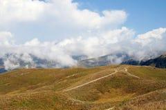 Väg i bergen av Abchazien Arkivfoton