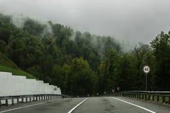 Väg i bergen i regnet i Sochi Arkivbilder