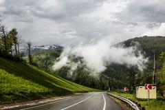 Väg i bergen i regnet i Sochi Royaltyfri Fotografi