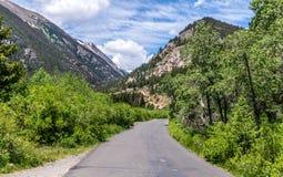 Väg i bergen i Rocky Mountain National Park Natur i Colorado, Förenta staterna royaltyfria foton