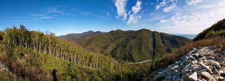 Väg i bergen, under kraftledningen fotografering för bildbyråer