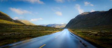 Väg in i berglandskap Arkivbilder