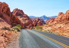 Väg i dalen av branddelstatsparken, Nevada, Förenta staterna Royaltyfria Foton