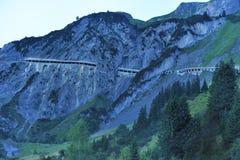 Väg i de österrikiska fjällängarna Arkivfoton