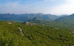 Väg i de gröna kullarna Royaltyfri Fotografi