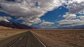Väg i Death Valley Arkivbilder