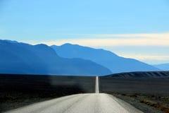 Väg i den Death Valley nationalparken med färgrik himmelbakgrund, Kalifornien Arkivbild