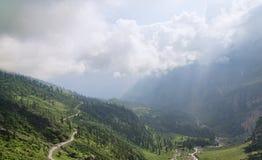 Väg i den gröna bergdalen Arkivfoto