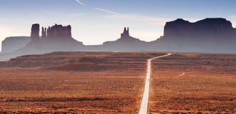 Väg i den Utah öknen med bergplatår, buttes eller mesas royaltyfria bilder