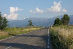 Väg i det Brasov länet i Rumänien Arkivfoton