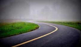 Väg i en dimma Arkivfoto