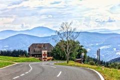 Väg i fjällängarna i det Wolfsberg området, Österrike royaltyfria foton