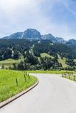 Väg i fjällängarna, Schweiz Royaltyfri Fotografi