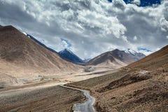 Väg i Himalayas Arkivfoton