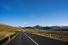 Väg i Island med Mountain View Royaltyfri Bild
