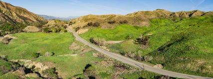 Väg i Kalifornien kullar Arkivfoto