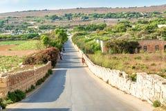 Väg i Malta mellan två fält Royaltyfria Foton
