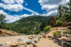 Väg i nationalparken av Rocky Mountains Natur i Colorado, Förenta staterna royaltyfria bilder