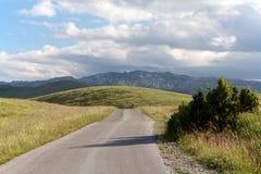 Väg i nationalparken Durmitor i Montenegro Royaltyfria Bilder