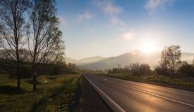 Väg i soluppgångtid, Ailai berg, Ryssland Royaltyfria Bilder