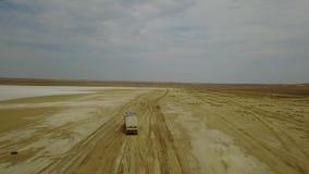 Väg i stäpparna av Kasakhstan den leriga floden Sikten på den mycket långa vägen brukar horisonten lager videofilmer