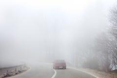 Väg i tjock dimma Arkivfoto