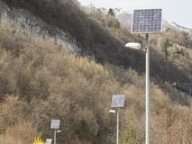 Väg i Trentino med den photovoltaic växten arkivbilder