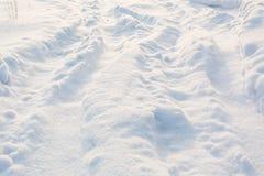 Väg i vinter på snö Enkla snöig däckspår - stående Arkivbilder