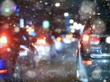Väg i vinternatttrafikstockningar Arkivfoto